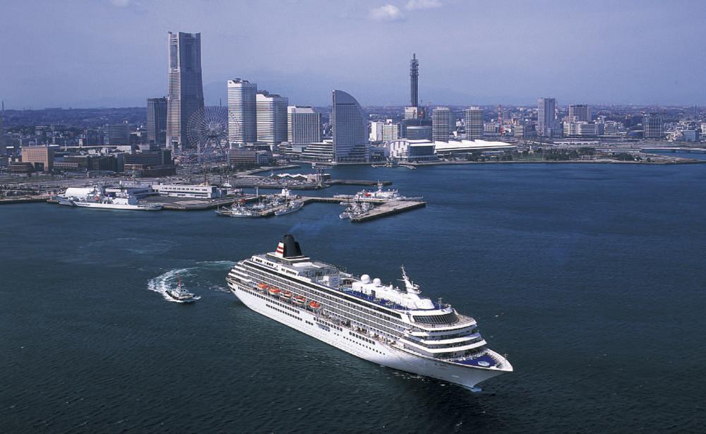 横浜を出港する飛鳥Ⅱ