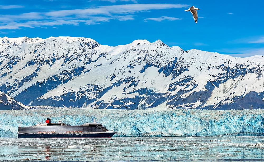 ハバード氷河を航行するクイーン・エリザベス