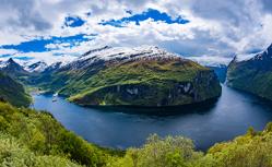 フィヨルドの雄大な景色を楽しむ ノルウェー北欧クルーズ10日間